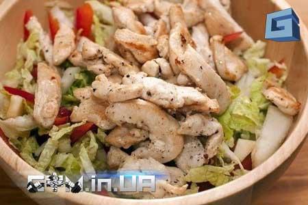 Рецепт: Овощной салат с куриным филе и яблоками заправленный йогуртом