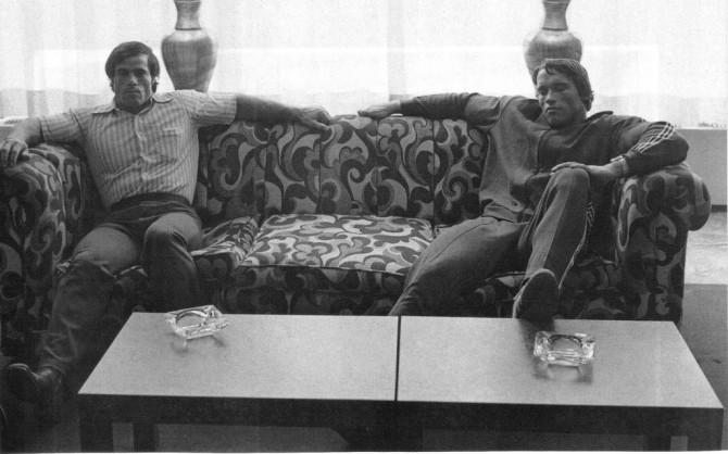 Арнольд Шварценеггер и Франко Коломбо на диване