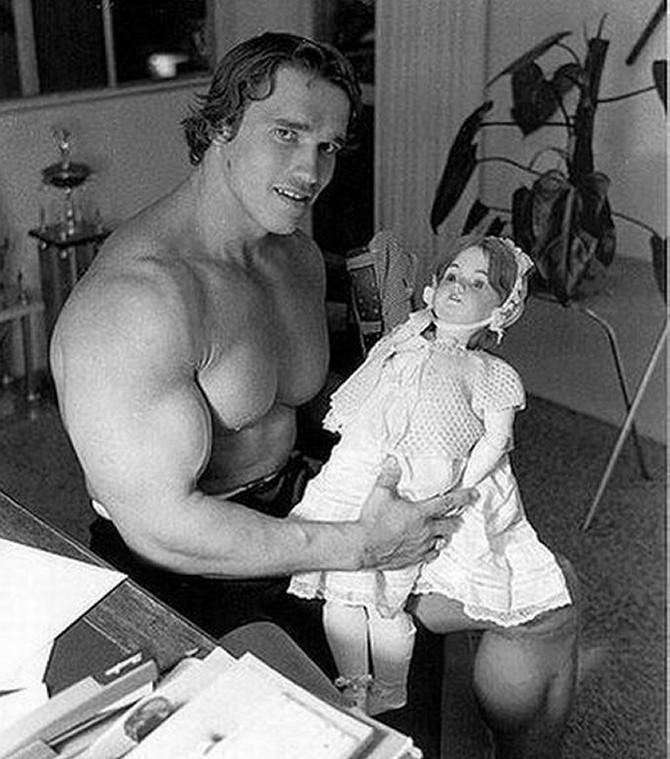 Арнольд Шварценеггер с куклой