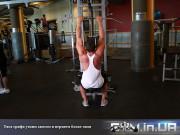 Упражнение: Тяга грифа к груди узким хватом в верхнем блоке