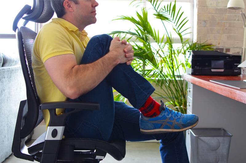 Упражнение для офиса: Растяжка с обниманием колена