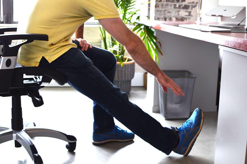 Упражнение для офиса: Растяжка бицепса бедра