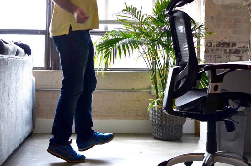Упражнение для офиса: прыжки на мнимой скакалке