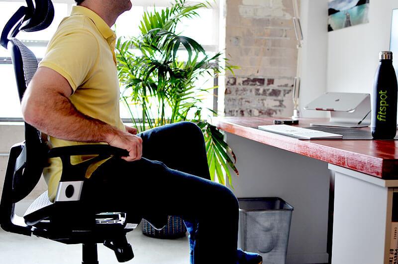 Упражнение для офиса: Подъём ног на нижний пресс