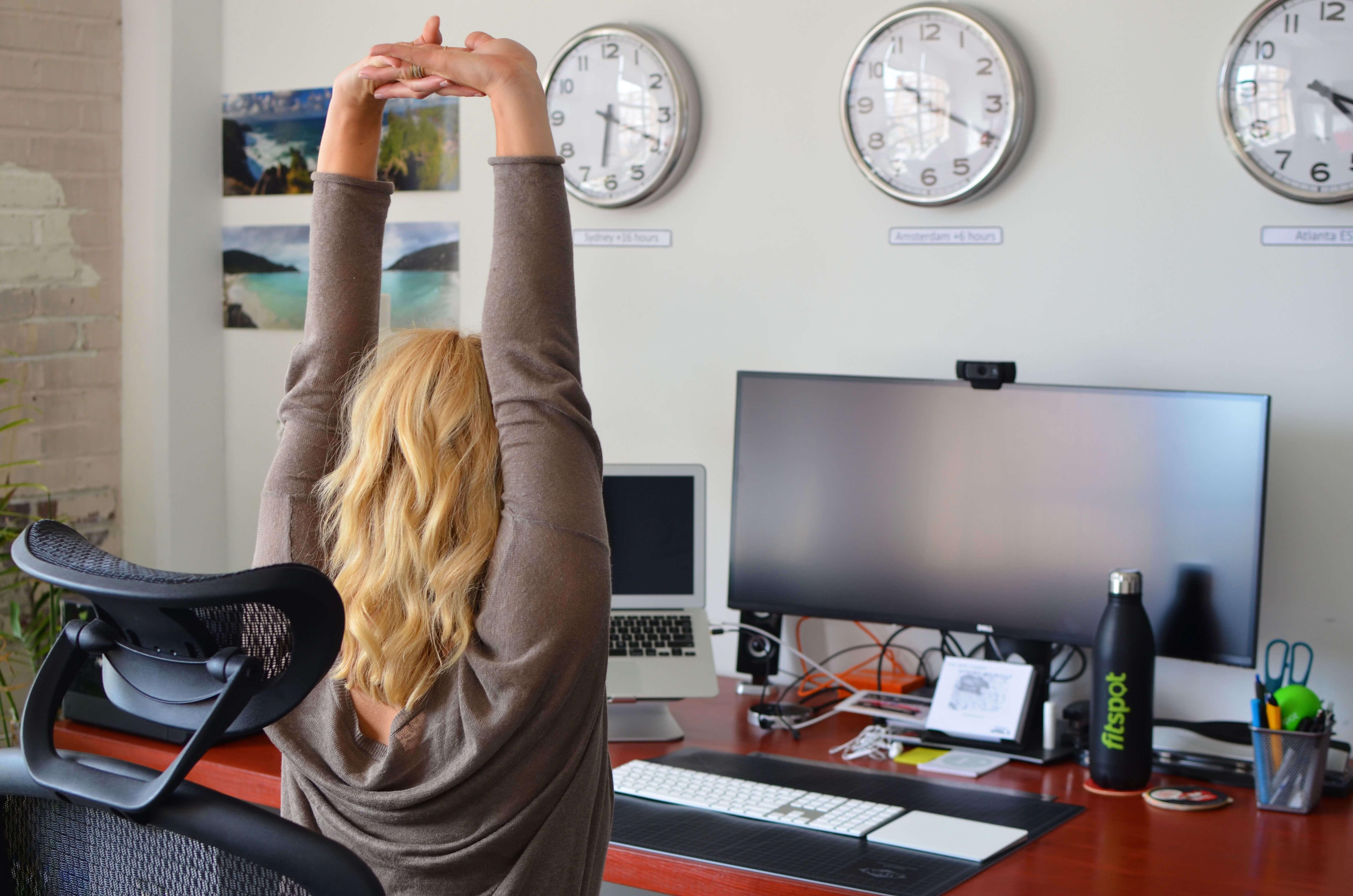 Упражнение для офиса: Растяжка плеч