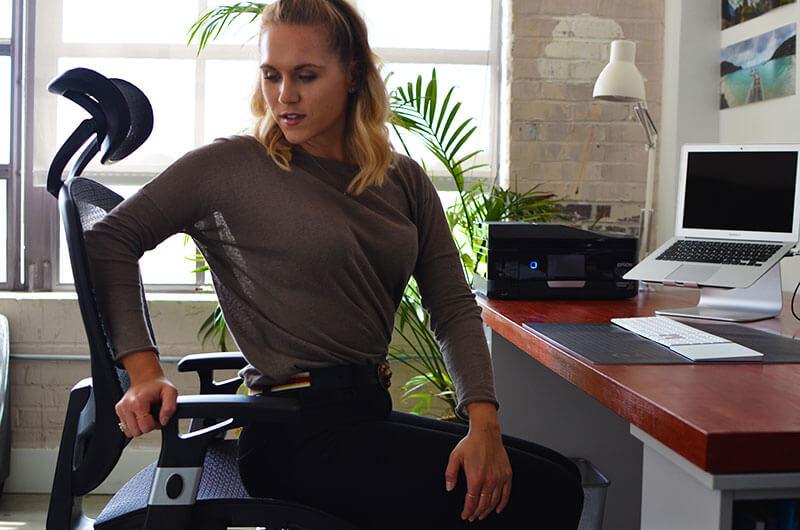Упражнение для офиса: Растяжка пресса с поворотом