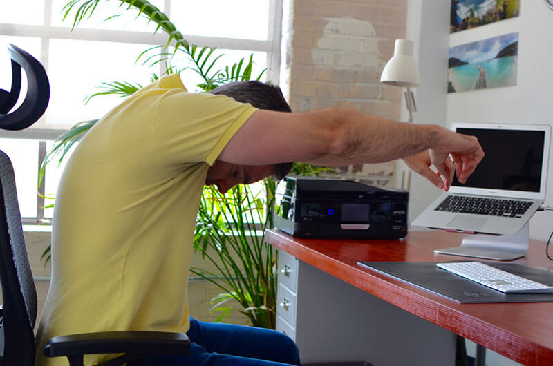 Упражнение для офиса: Растяжка верха спины