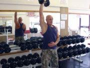 Упражнение на трицепс: Разгибание руки с гантелью из-за головы стоя