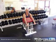 Упражнение: Подъем штанги в скамье Скотта обратным хватом