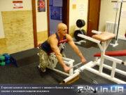 Упражнение: Горизонтальная тяга к животу с нижнего блока лежана скамье с положительными наклоном