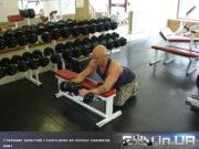 Упражнение: Сгибание запястий с гантелями на скамье ладонямивниз