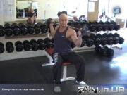 Упражнение: Повороты тела сидя со штангой